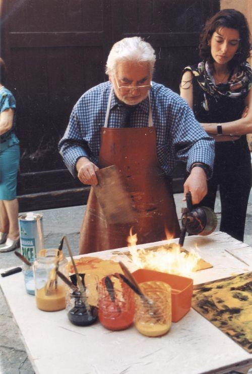 Il pittore spagnolo Jose Guevara durante una performance nell'atrio della Galleria Elle Arte ,il 30 maggio del 1999