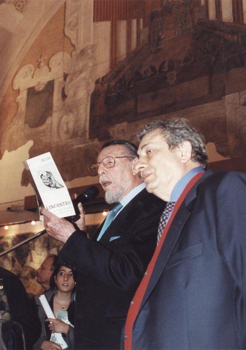 """Franco Grasso presenta Salvatore Provino all'inaugurazione della mostra """"Fuochi ed alte folgori"""" a cura di Aldo Gerbino, organizzata dalla galleria Elle Arte al Palazzo dei Normanni, il 28 aprile 2001"""