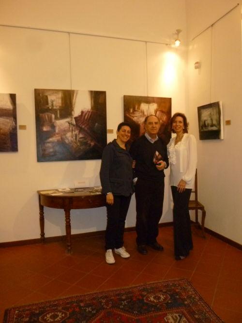 """Tina Sgrò, Aldo Gerbino e Laura Romano in galleria all'inagurazione della personale di Tina Sgrò """"Fogli d'interni.Silenzi"""" ,il 16 aprile 2013"""